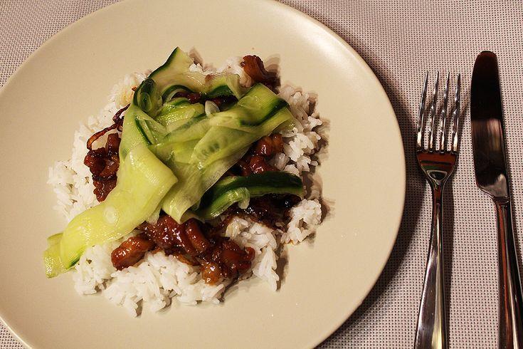 Karamelové kuře s nakládanou okurkou   Porce z kuřecí farmy v exotickém hávu - Powered by @ultimaterecipe
