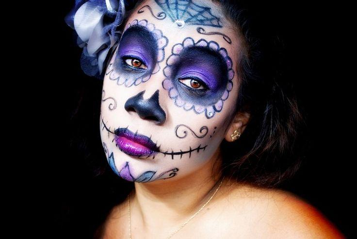 idée de maquillage Halloween - tête de mort mexicaine avec fard à paupière violet foncé, rose et blanc