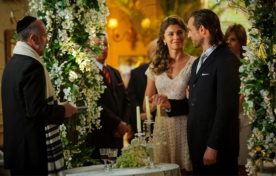 Flor do Caribe brazilian telenovela 6 o'clock daily. Grazielli Massafera plays Esther who will marry Alberto (played by Igor Rickli). The bridal dress was made with renaissance brazilian lace, off white coloured