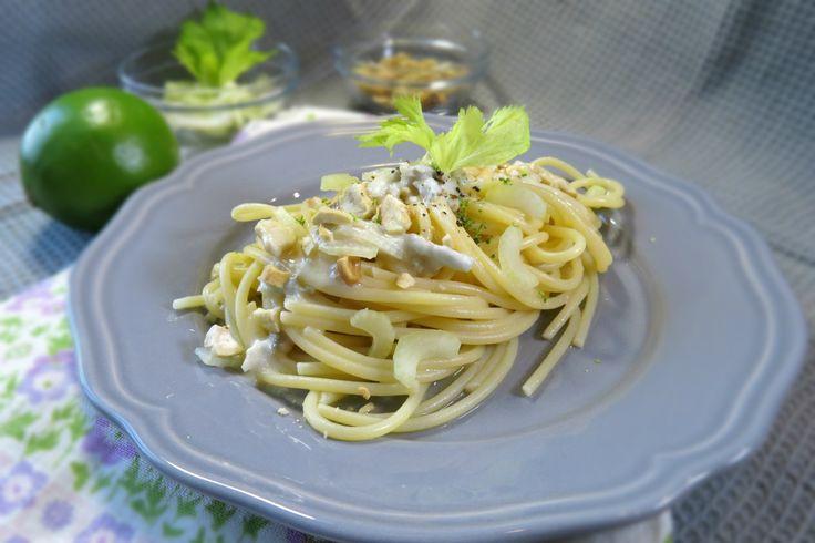 spaghetti al gorgonzola, un primo piatto classico, semplice e diciamolo, riprodotto in tutto il mondo. Con sedano, lime e anacardi tostati, acquisisce...