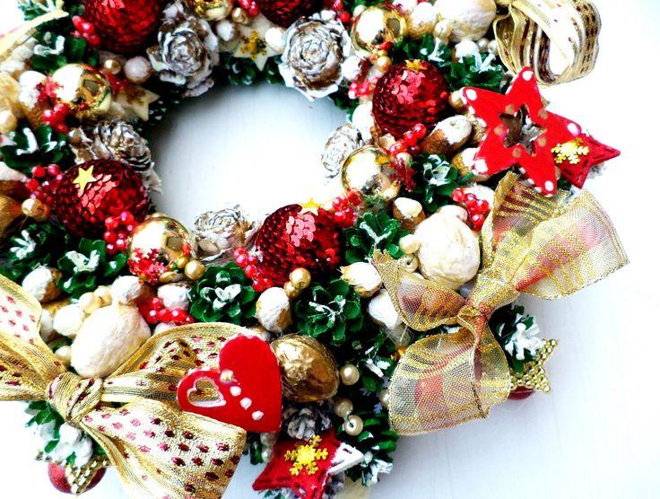 Szyszki,bombki,cekiny,orzechy,susz i kokardy-czego tu nie ma.Życzyłabym wszystkim na Boże Narodzenie takiego złotego dostaku,tyle zielonej nadziei i energii ,jak szkarłat.