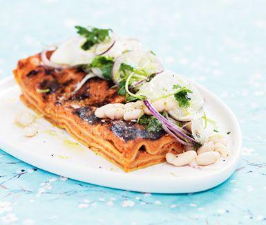 Här är ett fräscht och vegetariskt recept på morotslasagne med fänkålssallad. Lasagnen blir otroligt saftig och får en härlig konsistens med djupa smaker och tillsammans med fänkålssalladen har du en fullständig och utomordentligt god middag!