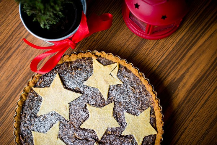 Δείτε πώς να κάνετε τη τέλεια ζύμη για τάρτα με μοναδική γέμιση σοκολάτας, δημιουργώντας έτσι μια νόστιμη και πολύ λαχταριστή χριστουγεννιάτικη τάρτα που θα λατρέψουν όλοι οι καλεσμένοι σας, τις μέρες των Χριστουγέννων!Δείτε τη συνταγή... Καλή σας απόλαυση! Μικρά Μυστικά: