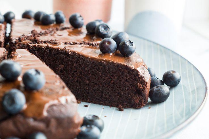 Sundere chokoladekage - ala klassens time kage. Skøn og tung chokoladekage med kaffe og nødder. Toppes med friske bær. Glutenfri og mælkefri.