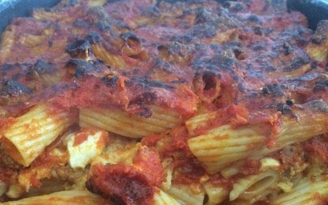 Pasta al forno, la ricetta calabrese! La pasta al forno è il primo piatto domenicale per eccellenza. Gustosa e ricca, questa ricetta piacerà davvero a tutti! La versione che vi proponiamo è molto sostanziosa e prevede l'utilizzo di sugo #pasta #pastaalforno #ricettapasta