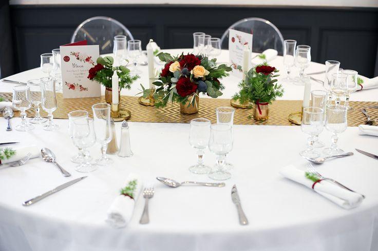Riviera - Salle de réception - Sud de la France - Bouches du Rhône - Gemenos - Provence - Mariage - Décoration de table d'hiver - Chemin de table - Doré - Bouquet de fleurs fraîches - Photophores - Bougies - Repas - romantique - Moderne