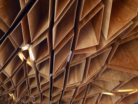 Este impresionante techo de madera contrachapada es el elemento más característico y el que le confiere singularidad a la estación Hoshak...