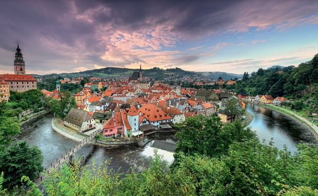 Cesky Krumlov tem castelo medieval, fortaleza, rio, lojinhas e um clima perfeito para ir a dois