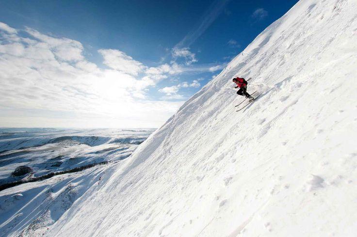 Ce skieur donne l'impression d'être dans les Alpes alors qu'il se trouve à une trentaine de kilomètres de Sheffield en Grande-Bretagne. Il est sur le Mam Tor, un mont qui a pour hauteur 517 mètres et qui se situe dans le Derbyshire.