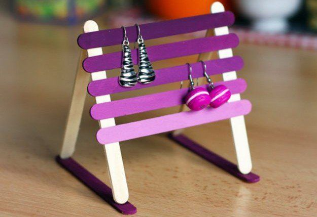 These DIY earring holder ideas will keep your desk mess under control. Never spend time searching for earrings again! DIY earring holders to the rescue!