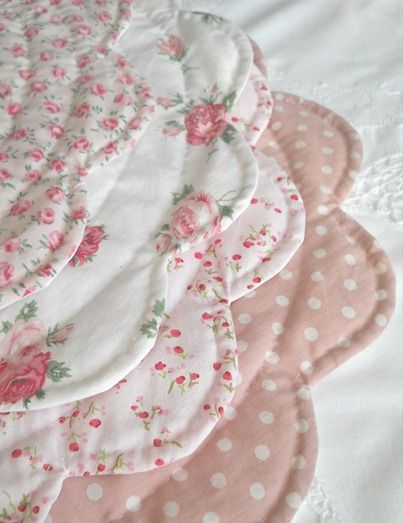 scalloped round placematsPretty Placemats, Places Mats, Round Placemats, Polka Dots, Cottages Sewing Room, Shabby Chic, Tables Mats, Cottages Crafts Room, Cottages Quilt