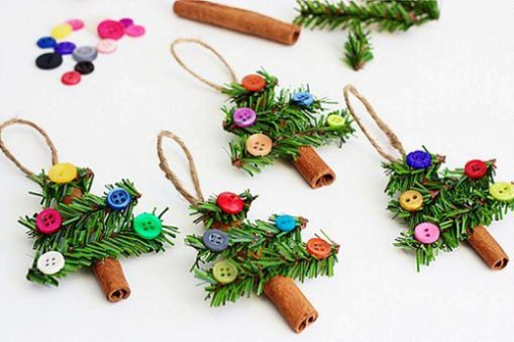 En este artículo os enseñamos a realizar unos preciosos adornos para el árbol de Navidad. Unos arbolitos muy sencillos con materiales reciclados.