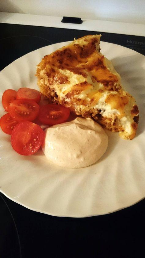 Ingredienser 4 dl vetemjöl 2 tsk bakpulver 1/2 tsk salt 50 gram rumsvarmt smör 1 1/2 dl mjölk Fyllning 800 g nötfärs 2 tacokryddpåsar 1 burk med krossade tomat