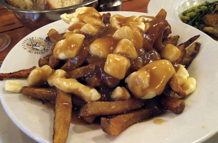 30 главных национальных блюд разных стран мира. Это незамысловатое блюдо было придумано в 1950-х годах и своей простотой оно быстро завоевало популярность. Пути́н включает картофель фри, который посыпают рассольным сыром и дополняют сладковатой подливкой.