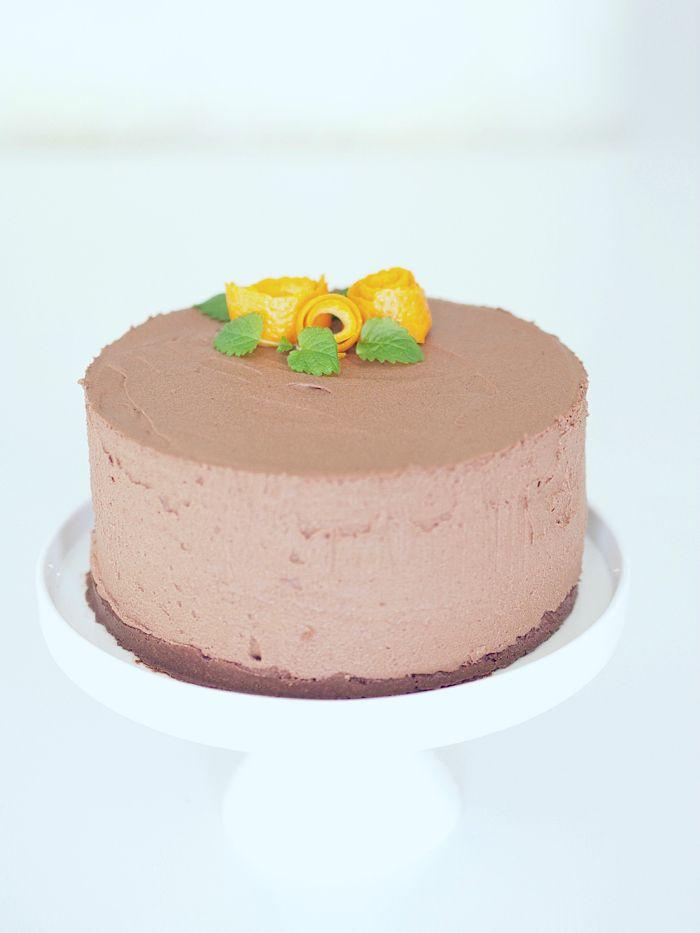 Lupasin eilen kakun ohjetta, mikäli kakku onnistuu, ja koska kakku nyt ainakin makunsa puolesta onnistui ihan täydellisesti niin laitetaan ohje myös tänne. Ulkonäköön jäi hiukan toivomisen varaa, syynä varmaan se, että irrotin kakkureunuksen jo aamulla, ja kakku olisi voinut hyytyä ehkä vielä hiukan pidempään. Ohjeen perustana on helppo ja herkullinen suklaakakku -postauksen resepti, mutta tällä …