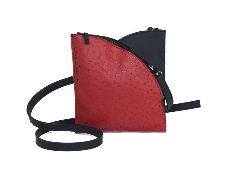 Maria La Verda Design Schoudertas Zwart/Rood  Afmeting: 23b x 25h x 3d in cm. Ben je een persoon die op zoek is naar een design schoudertas van de onwerpster Maria La Verda dan heb je deze nu gevonden in de vorm van een tulp. Maria La Verda maakt de mooiste hand- en schoudertassen in kunststof.Geen tas is hetzelfde en dat geldt ook voor de kleurcombinaties.De voor- en achterzijde van deze taszijn identiek inzwartmet rood in struisvogelmotief. Overzichtelijk om je spulletjes in op te bergen…