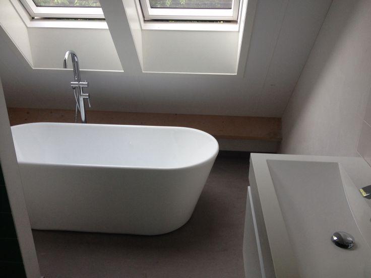 Vrijstaand bad als oplossing voor bad in kleine ruimte project bouwen pinterest toilet - Klein design badkuip ...