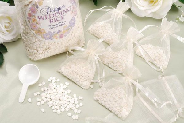 Eco-friendly wedding confetti ideas: this heart-shaped rice dissolves in water!