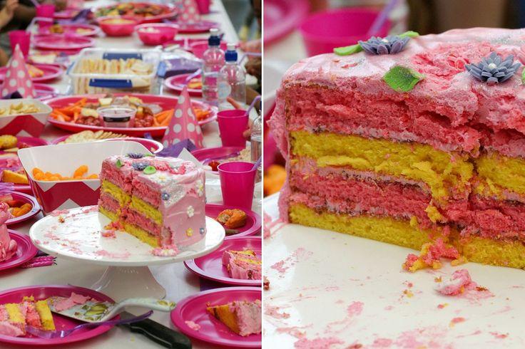 Этот торт кричит весело - 4 слоя разноцветных лимонный шифон губки, Интер-интервал с безмолочный сливочный крем и малиновое варенье, затем закончил с клейким розовый зефир безе.