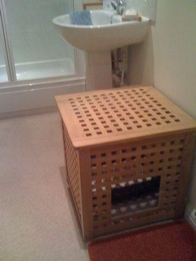 Кошачий туалет в виде корзины для белья в ванной