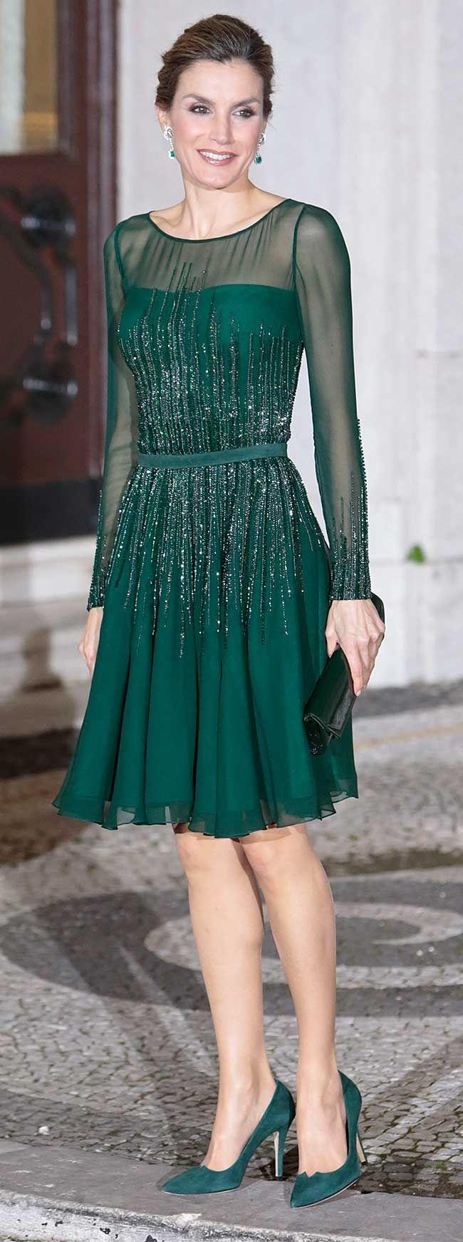 La Reina Letizia ha rescatado el vestido de Varela que llevó en los Premios Príncipe de Asturias de 2013 en su primera cena en Lisboa.