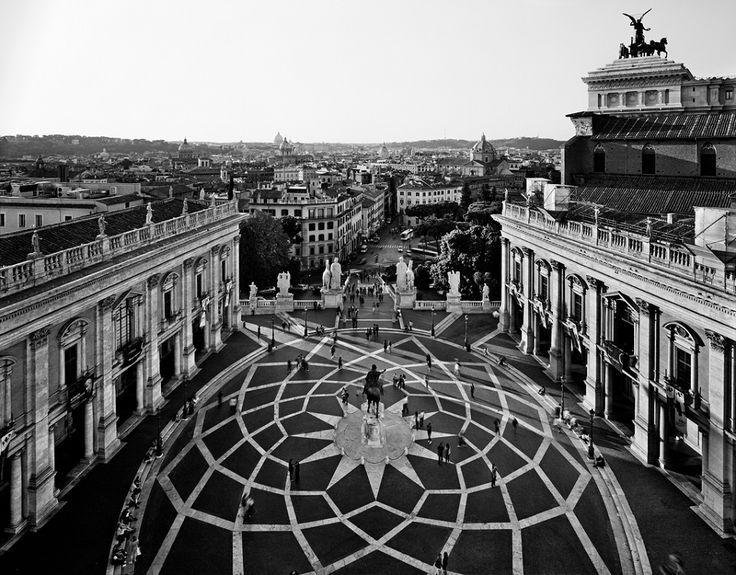 Piazza del Campidoglio dall'alto resa dallo straordinario fotografo Gabriele Basilico che della città ha prodotto molte, intense immagini...
