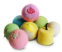 Home-made bath bombs ;) Ricetta: bicarbonato citrosodina frullata amido di mais olio di mandorla olio essenziale e colorante a piacere Yay!!!