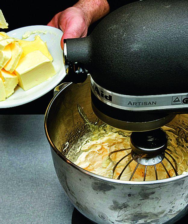 Υπάρχουν πολλές τεχνικές για βουτυρόκρεμα. Η πιο απλή περιλαμβάνει μόνο βούτυρο και ζάχαρη, που χτυπάμε μέχρι να αφρατέψουν, ενώ άλλες συνταγές είναι πιο σύνθετες και περιέχουν μαρέγκα. Τέλος, υπάρχει και η γαλλική βουτυρόκρεμα. Γίνεται με κρόκους χτυπημένους με σιρόπι, αυτό που οι Γάλλοι ονομάζουν pâte à bombe. 1. Χτυπάμε 5 κρόκους στον κάδο του μίξερ. …