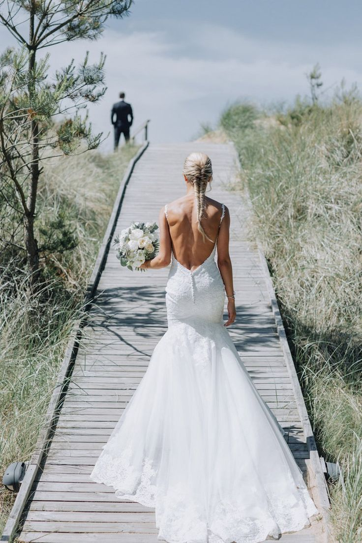 First look inspiration + beach wedding styled by Fanny Staaf Events in Tylösand Strand | Wedding dress by Morilee Florals by StyleWithFlowers + bröllopsfotograf Halmstad | brudfrisyr fläta | bridal hair braided wedding hair