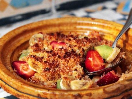 Råsocker, kokosflingor och riven ingefära gratineras till ett knastrigt tak över skivad frukt. Ett kusinrecept till den berömda gino!