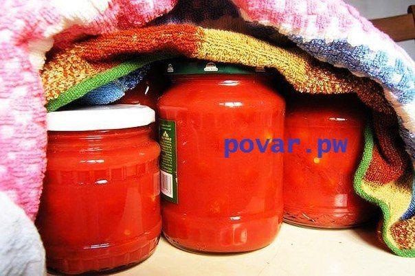 Помидоры в собственном соку  На 3-х литровую банку идет два килограмма помидор и литр томатного сока  Ингредиенты:  Крупные, спелые помидоры для сока  Мелкие помидоры  Соль и сахар  Душистый перец-горошек  Лавровый лист  Гвоздика и корица (не обязательно, это на любителя)   Приготовление:  Помидоры рассортируйте – крупные, мятые, мягкие помидоры пойдут на сок, помидоры помельче – в банки.   Отобранные для сока помидоры прокрутите через мясорубку, вылейте сок в кастрюлю и поставьте на…