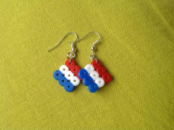 Makkelijk zelf te maken: oorbellen van strijkkralen. Leuk en nog snel gemaakt voor tijdens de WK!