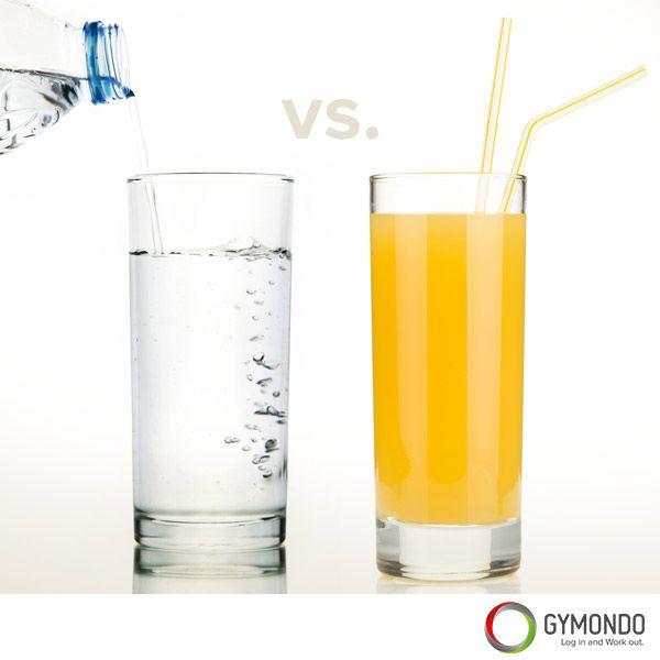 1. Kalorienreiche Lebensmittel und Getränke ersetzen - Anstelle von Softgetränken und Säften solltest Du Wasser oder Saftschorle trinken. Ersetzt man bspw. 1 ½ Liter Orangensaft mit Wasser, spart man schon 645 Kalorien ein. Auch der allseits beliebte Latte Macchiato sollte durch einen Espresso ersetzt werden. Ersetzt Du so verschiedene Lebensmittel und Getränke sparst du hunderte von Kalorien. || Ernährungspläne zum Abnehmen >>> https://www.gymondo.de/ernaehrungsplaene/