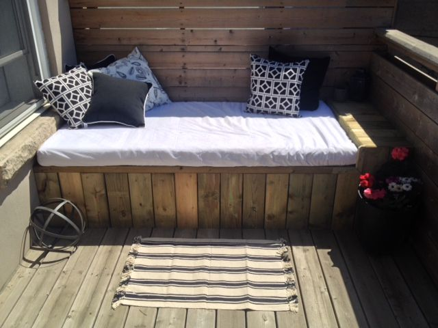 Outdoor Daybed - while I can't do the construction part on my small terrace, I'll try to think of a way to do an inspired version