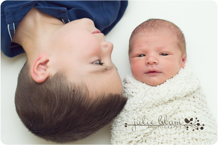 cute way to incorporate older sibling into newborn photos