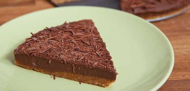 Τουρτίτσα σοκολάτας με μπισκοτένια βάση, σοκολάτα κουβερτούρα γάλακτος και γιαούρτι. Μια πανεύκολη στη παρασκευή της συνταγή για ένα απλό αλλά λαχταριστό γ