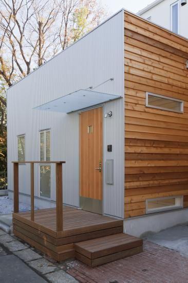 扉のステンレス製キックガードがENLARGE流の提案