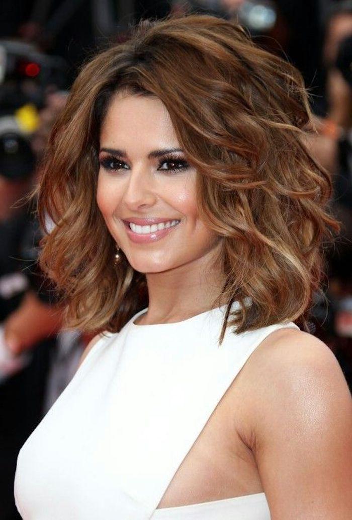 trendige frisuren, mittellange braune lockige haare, weißes kleid