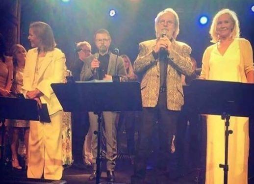 Шведская группа не выступала вместе тридцать лет. Всемирно известная шведская группа ABBA, распавшаяся в 1982 году, воссоединилась ради единичного концерта в Стокгольме, Швеция, знаменующего собой пятидесятилетний юбилей музыкального коллектива, сообщает Expressen.    ПО ТЕМЕ    Агнета Фельтског, Бьорн Ульвеус, Бенни Андерссон и Анни-Фрид Лингстад впервые с 1986 года выступили вместе на сцене приватной вечеринки в ознаменование пятидесятилетия дружбы Ульвеус а и Андерссона, начало которой…