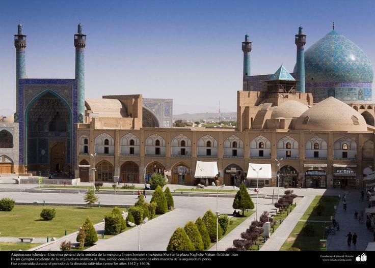 Arquitectura islámica- Una vista general de la entrada de la mezquita Imam Jomeini (mezquita Sha) en la plaza Naghshe Yahan.jpg (3500×2510)