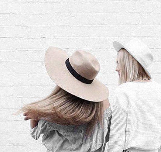 Fedora-Filzhut mit breitem Hutband und abgenähten Rändern in Beige. Hier entdecken und shoppen: http://sturbock.me/Ks7