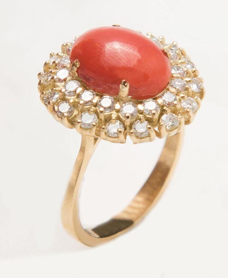 Anello in oro giallo 18 ct a margherita centrato da corallo rosso mediterraneo ovale taglio cabochon con doppia corona di 30 diamanti taglio brillante - di 1.10 ct - peso complessivo di 6.5g