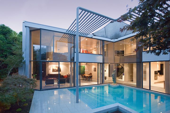 Remuera Townhouse designed in an 'L' shape with a pool