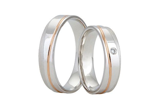 Zajímavý design mají tyto snubní prsteny vyrobené z bílého zlata s linkou ze zlata červeného, která se vlní po obvodu prstenu. Celkový dojem umocňuje snížený bok prstenu vyvedený v matu, nad kterým u dámského modelu nalezneme vsazený zářivý kámen.