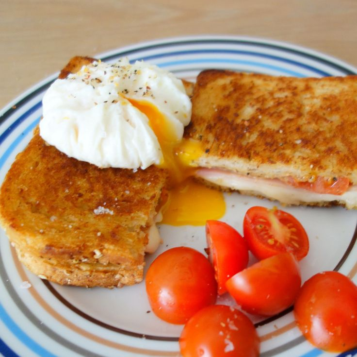Croque Madame er en af mine absolutte favoritter blandt sandwichs. Den er simpel og nem at lave og så smager den helt fantastisk toppet med et pocheret æg.