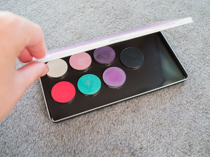 DIY Eyeshadow palette (in swedish but I think the pictures explain it well)