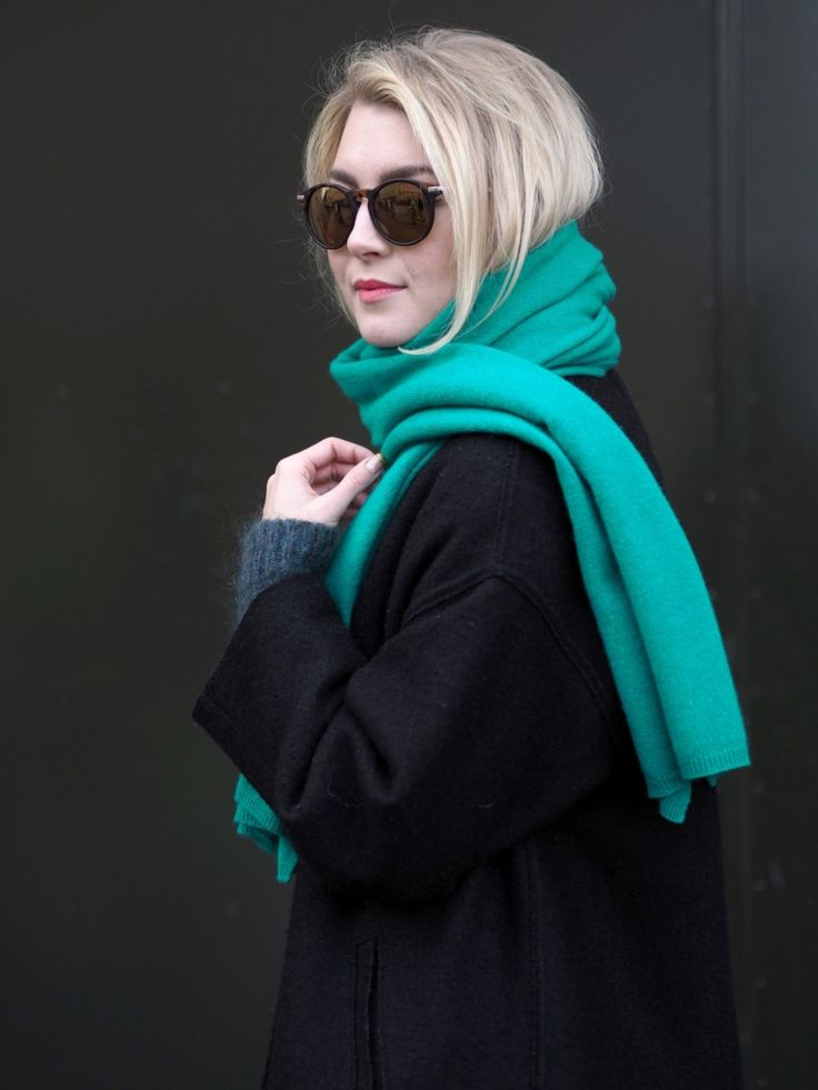 Jenni wearing Arela Alma cashmere scarf in Vermont green | Pupulandia