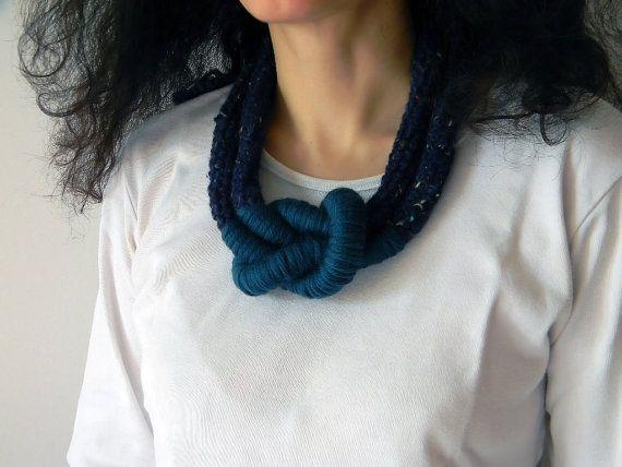 Collana in lana con grande nodo. Blu e verde petrolio. di ylleanna