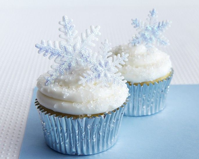SPARKLY SNOWFLAKE CUPCAKE HOW-TO These sparkly snowflake cupcakes are a cinch to make and add bling to any holiday sweet...