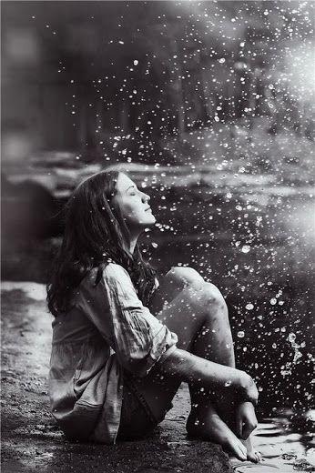 Google+И дождь смывает все следы. Любви, разлук и расставаний. ... И дождь смывает все следы... И время медленно стирает, Слои и твердые ряды, В однообразии всё тает.